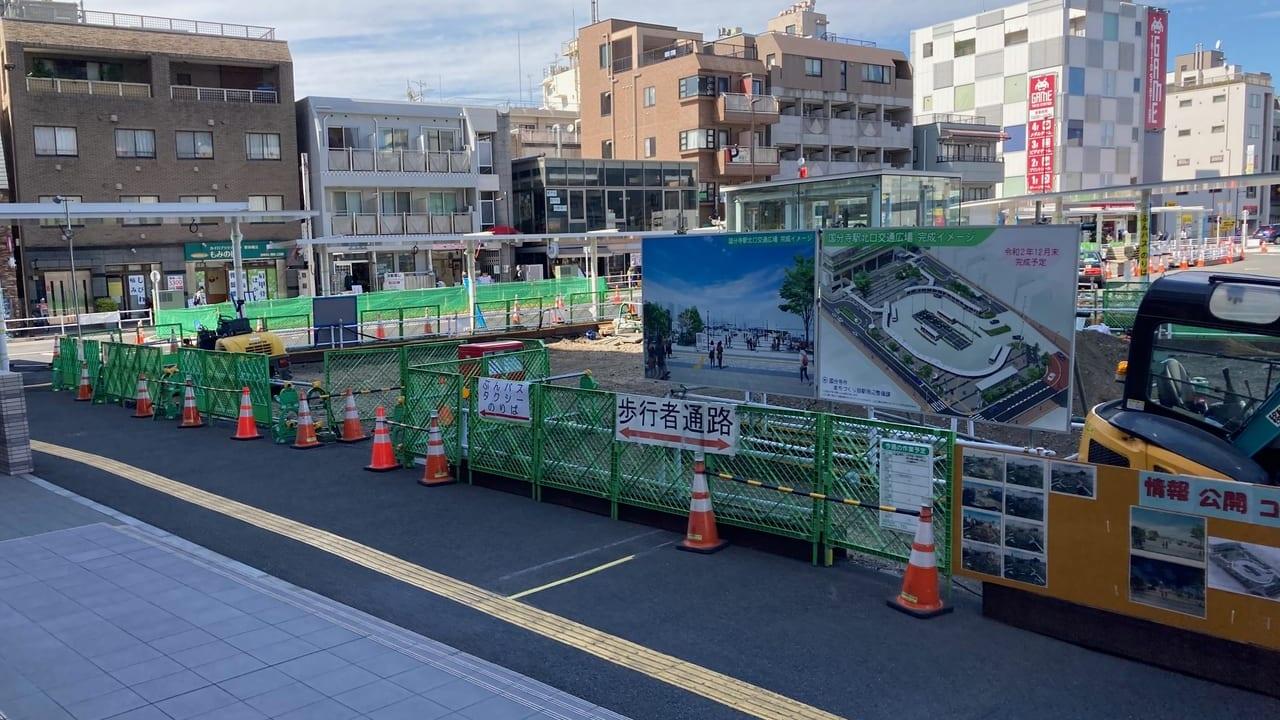 北口駅前、交通広場に公衆トイレ工事中。ゲームセンター「タイトー」の向かい設置されるようです。